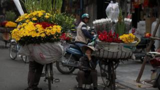 Người bán hoa dạo trên đường phố Hà Nội