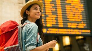Mujer en aeropuerto.