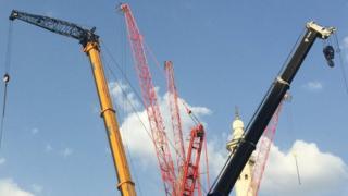 عودة الرافعات ومعدات البناء إلى محيط المسجد الحرام في مكة