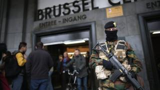 солдат на вокзале Брюсселя