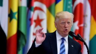リヤドで演説するトランプ米大統領(21日)