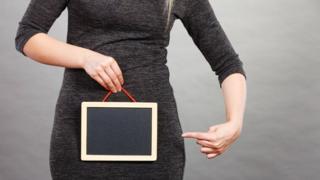 Una mujer con una tableta