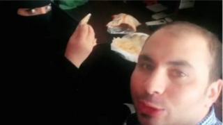 Чоловік снідає з жінкою в нікабі
