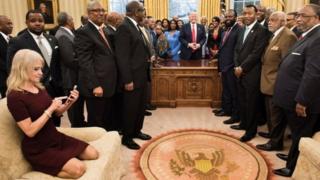 Конуей на дивані у кабінеті Трампа