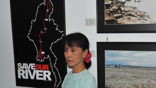 မြစ်ဆုံ စီမံကိန်း ဖျက်သိမ်းရေး ပြပွဲ အခမ်းအနား တခုကို ၂၀၁၁ ခုနှစ်က ဒေါ်အောင်ဆန်းစုကြည် တက်ရောက်ခဲ့စဉ်