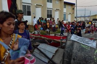 Filipinler'de barikat kuran kadınlar