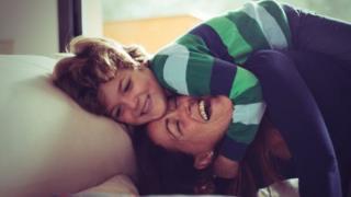 Mãe e seu filho que sofre de Dent
