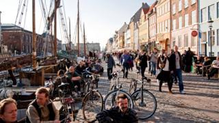 """Бирок Дания өзүнүн коңшуларынан """"Адамдын негизги керектөөлөрү"""" деген эл аралык индекси боюнча өзгөчөлөнүп турат. 2017-жылдын жыйынтыгы менен Даниянын көрсөткүчтөрү дээрлик идеалдуу болуп чыккан."""