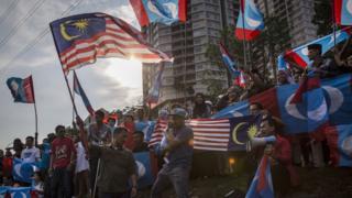 希盟支持者在吉隆坡国家皇宫外挥舞国旗与盟旗(10/5/2018)