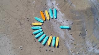 Доски лежат на побережье