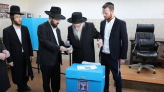 رجال دين يهود يصوتون في الانتخابات