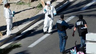 Nice saldırısı sonrası olay yerinde çalışan polisler