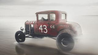 沙漠里的老红车