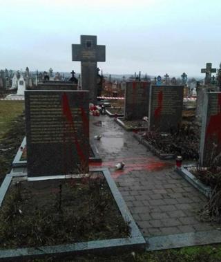 У поліції зазначили, що пам'ятники вже відчистили