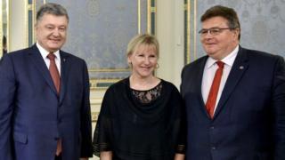 Президент України Петро Порошенко із главами зовнішньополітичних відомств Литви та Швеції паном Лінасом Лінкявічюсом та пані Маргот Вальстрьом.