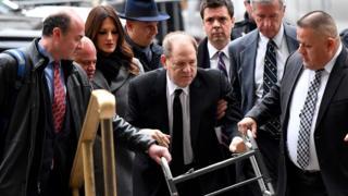 Вайнштейн с ходунками выходит из здания суда