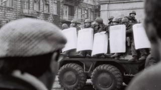 Солдаты в кузове машины проезжают по улицам Баку.