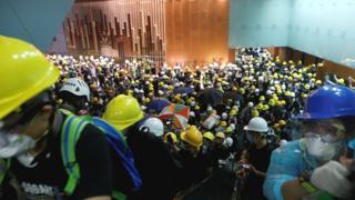 Сотні протестувальників потрапили всередину