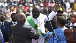 """Il y a un an, lors de son investiture, le président George Weah promettait """"le changement"""" aux Libériens."""