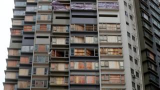 澳門一座居民樓多個單元以木板封上受損窗戶(27/8/2017)