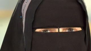Hərbçilərə, məmurlara və hakimlərə niqab taxmaq qadağandır
