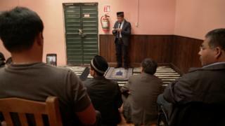 El Imam Ibrahim Chechev habla a otros musulmanes.