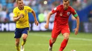 Harry Kane marqué par le Suédois Sébastian Larsson.