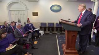 """美国总统特朗普周三(3月18日)在白宫讯息会上解释他为何称新型冠状病毒为""""中国病毒""""。"""