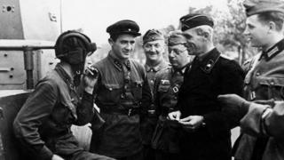 Quân Liên Xô và phát-xít Đức vui cười