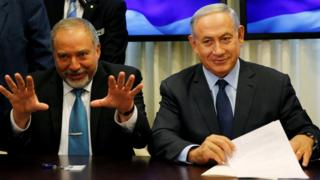 Avigdor Lieberman (left) and Benjamin Netanyahu (right) sign the coalition deal in Jerusalem on 25 May 2016
