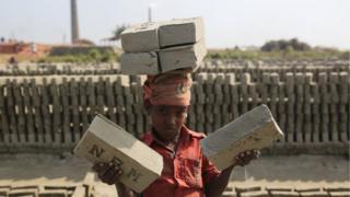 বাংলাদেশের ইটের ভাটাগুলোয় কাজ করে বহু শিশু-কিশোর শ্রমিক