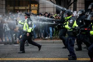 Washington'da ABD Başkanı Donald Trump'ı protesto edenlere biber spreyi sıkan polisler