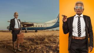 Una mujer con cabello gris luce como una gran líder de negocios, fumando un cigarro y junto a un jet.