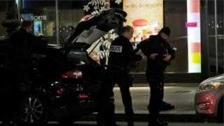တိုက်ခိုက်မှု ဖြစ်ပွားရာနေရာကို ရဲက စစ်ဆေးနေစဉ်