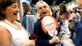 Dos mujeres en el evento de la compañía de Warren Buffett