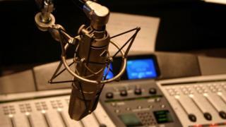 Um microfone e equipamentos de rádio