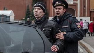 Ildar Dadin being escorted by official (file pic by Alexander Baroshin)