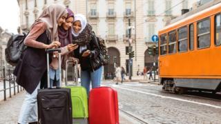 Un grupo de mujeres de viaje por Italia
