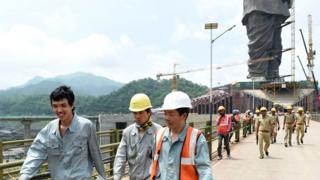 اس مجسمے کی تعمیر میں ہزاروں مزدور حصہ لے رہے ہیں