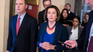 نانسی پلوسی (راست) رئیس مجلس نمایندگان و آدام شیف (چپ) که هر دو از نمایندگان کالیفرنیا در کنگره هستند رهبری تحقیقات استیضاح علیه آقای ترامپ را در دست دارند
