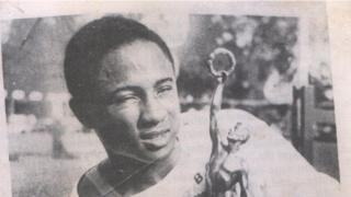 Emmanuel Ifeajuna as e hold im trophy wey im win.
