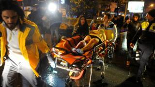 土耳其伊斯坦布爾襲擊現場救護員運走一名傷者(1/1/2017)