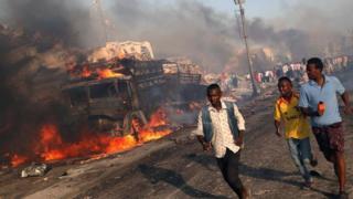 Civis fogem de explosões na capital da Somália