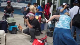 عدد من سكان فلورديا يتوجهون إلى مهاجع الخطر قبل وصول إيرما