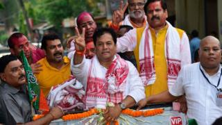 Bharatiya Janata Party (BJP) chief ministerial candidate Sarbananda Sonowal (C) flashes a victory sign as he arrives at BJP Assam state office after winning the Assam Assembly election in Guwahati city, Assam, India, 19 May 2016.