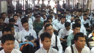 အလုပ်သမားများအား အစိုးရပြည်ပအလုပ်အကိုင်အေဂျင်စီရုံးမှာတွေ့ရစဉ်