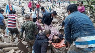سربازان کلمبیایی در پی رانش زمین به یاری قربانیان رفتهاند