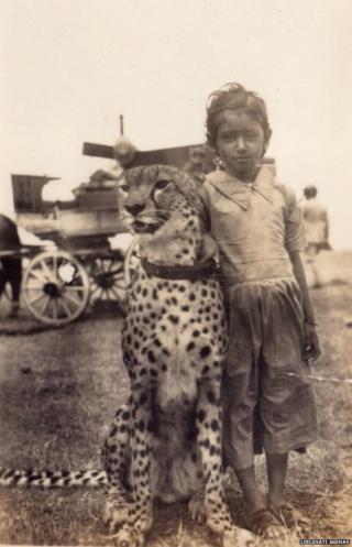 چیتے کے ساتھ ایک بچی
