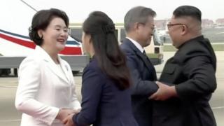 တောင်ကိုးရီးယားသမ္မတ ဇနီးမောင်နှံကို မြောက်ကိုးရီးယားခေါင်းဆောင်နဲ့ဇနီး လာကြိုဆို
