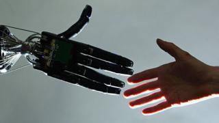robot ve insan elleri